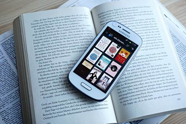 digitale Bücher als Alternative zu vollen Regalen by TOC