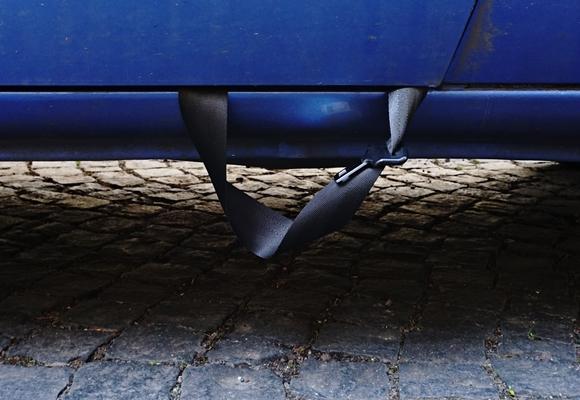 Anschnallgutrt hängt aus Autotür by TOC