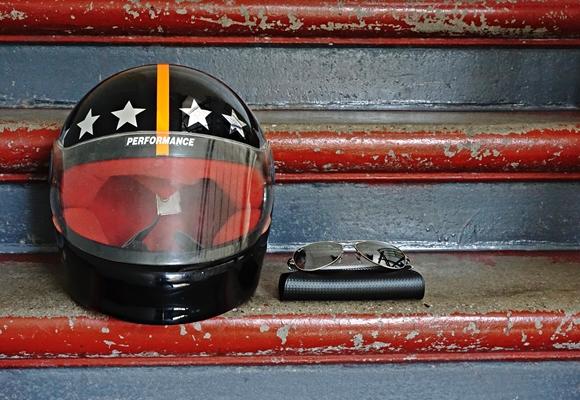 Motorradhelm und Sonnenbrille by TOC