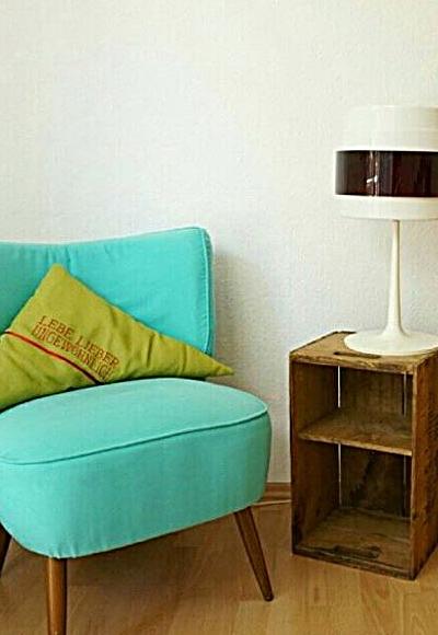 mintfarbener 50er Jahre Sessel mit altem Weinkistenregal by TOC
