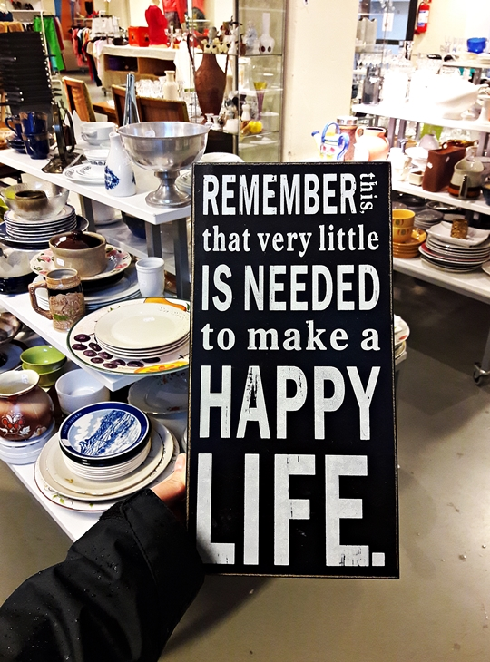 Spruchtafel im SecondHand Laden: Remember this, that very little is needed to make a happy life.